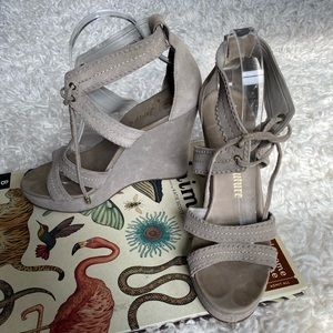 Juicy couture taupe tan suede wedge sandals